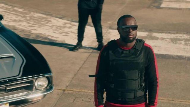 Le sweatshirt noir à bandes rouges contrastantes de Gims dans son clip Miami Vice