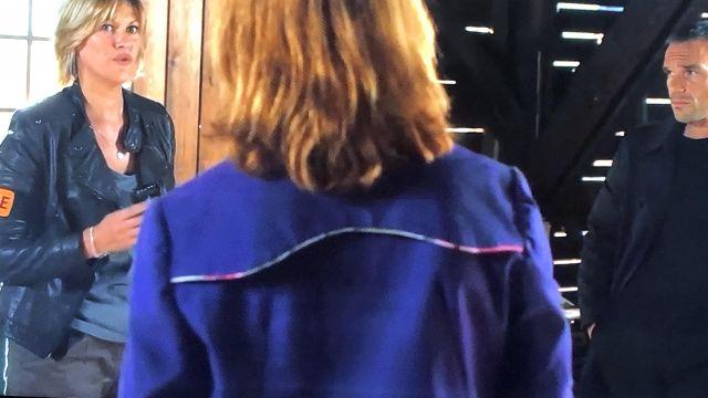 La veste mauve à bord coloré fleuri porté par Chloé (Odile Vuillemin) dans Profilage