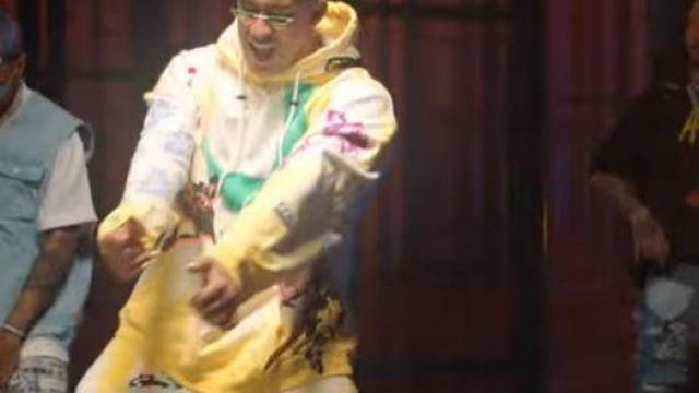 Le sweatshirt à capuche jaune de Bad Bunny dans le clip No Me Conoce (Remix) de Jhay Cortez, J. Balvin, Bad Bunny