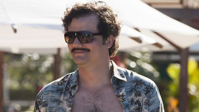 Sunglasses worn by Pablo Escobar (Wagner Moura) as seen in Narcos (S01E05)