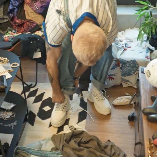 Les chaussures blanches portées par Squeezie sur un post Instagram