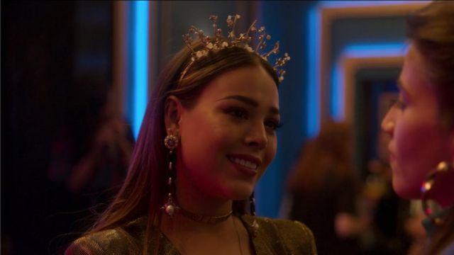 Belles boucles d'oreilles longues avec une fleur en haut et une perle à la fin, porté par Lu (Danna Paola) dans l'Élite (S02E01)