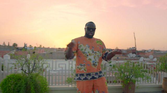 Ensemble orange motif sicilia porté par maître gims maître gims dans le clip GIMS, Maluma - Hola Señorita (Maria) [Official Video]