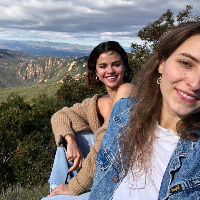 Le pull beige foncé porté par Selena Gomez sur son compte Instagram @selenagomez