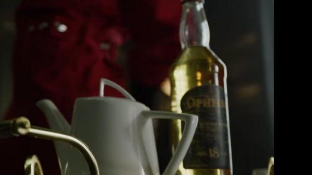 The bottle of Whisky from Tokio (Úrsula Corberó) in the series La casa de papel
