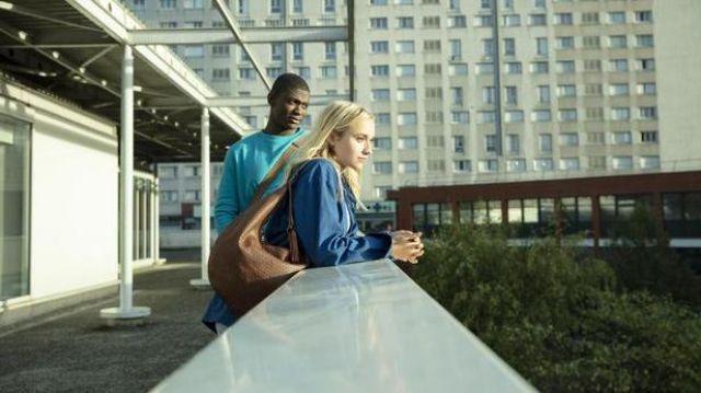 Le sac en cuir porté par Lisa (Chloé Jouannet) dans Banlieusards