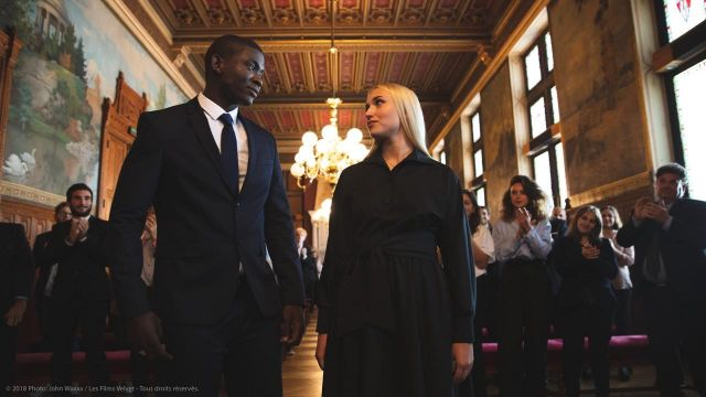 La robe noire longue portée par Lisa (Chloé Jouannet) dans Banlieusards