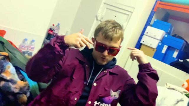 La veste violette avec applique chat sur le devant porté par Vald dans son clip Ignorant