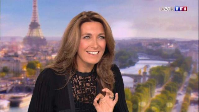 La blouse noire portée par Anne-Claire Coudray dans l'émission Journal de 13 heures