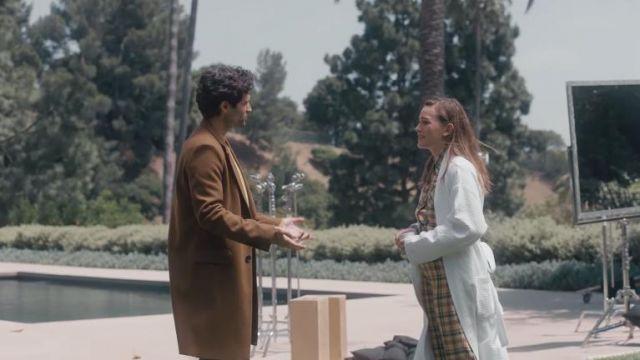The coat blazer brown Joe Goldberg (Penn Badgley) in the video Penn Badgley and the cast of You Season 2 prank Victoria Pedretti | Netflix