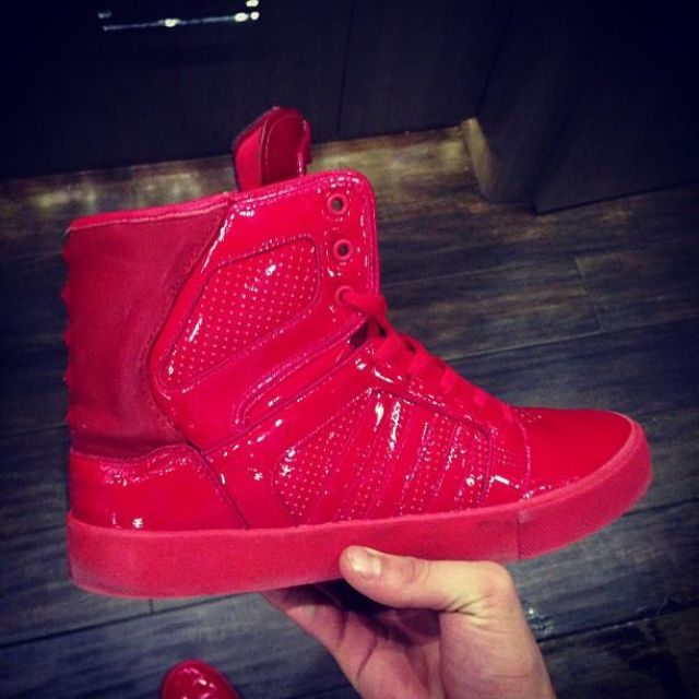 Les chaussures de sport rouges montantes de Justin Bieber sur son compte Instagram @justinbieber