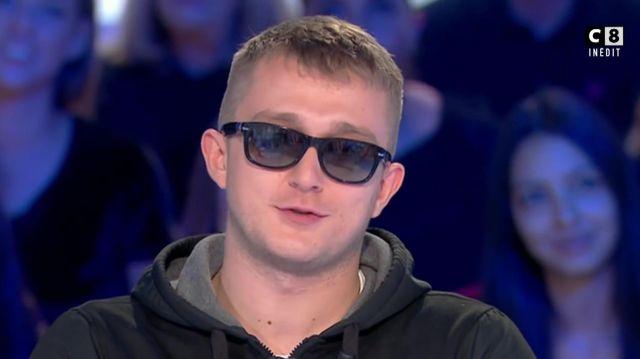 Lunettes opaques monture noires de Vald dans L'invité OVNI : VALD, le Eminem français - Salut les Terriens