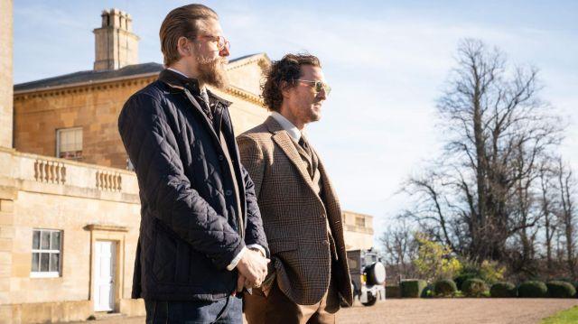 La veste blouson habillé de Ray (Charlie Hunnam) dans The Gentlemen