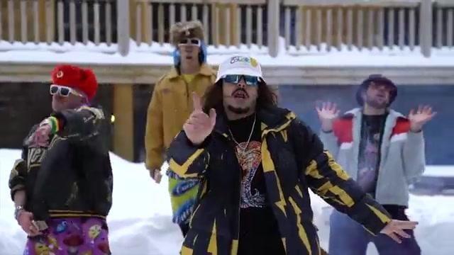 La doudoune de Lorenzo avec des éclairs jaunes dans son clip Nana feat. Les Anticipateurs