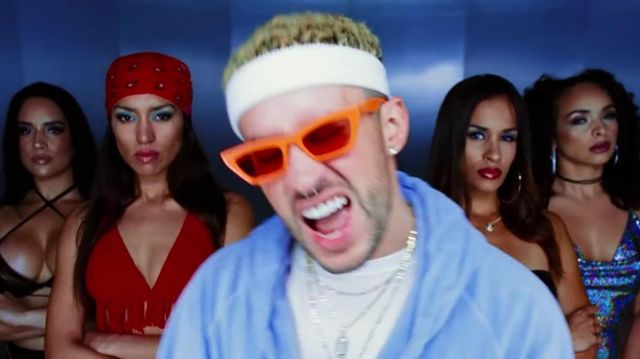 Glasses oranges Bad Bunny in the clip The Difícil