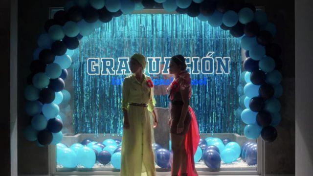 Rose Graduation robe portée par Lucrecia (Danna Paola) comme on le voit dans l'Élite (Saison 3 Épisode 7)