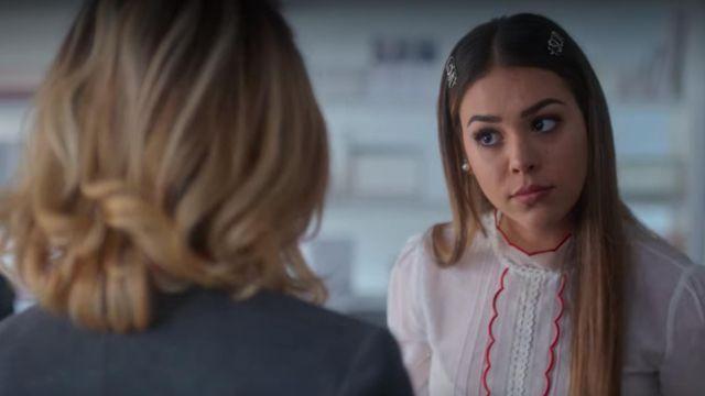 La blouse blanche à liserets rouge de Lu (Danna Paola) dans Élite (S02E07)