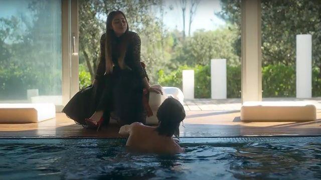La robe longue noire avec dentelle de Lu (Danna Paola) dans Élite (S02E05)