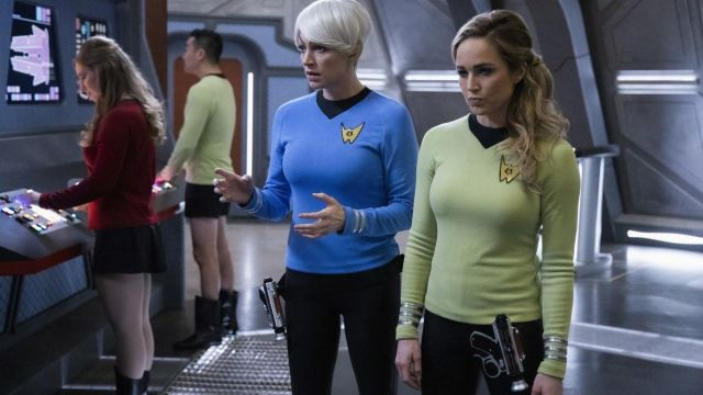 Green Sweater  worn by Sara Lance (Caity Lotz) in DC's Legends of Tomorrow (Season 5 Episode 14)
