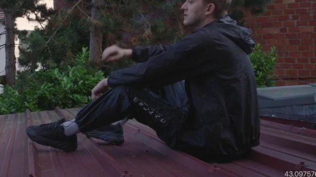 Le pantalon de Vald dans son clip Rappel
