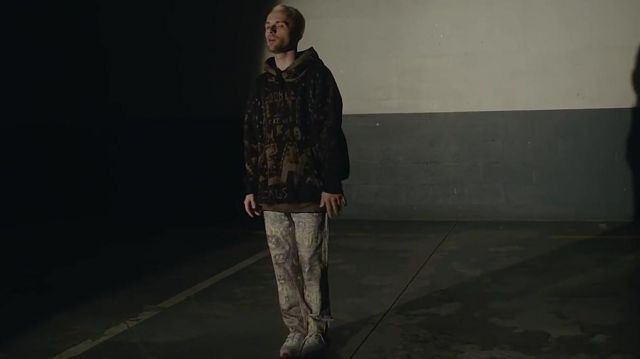 Le jean à motif de Squeezie dans son clip Guépard feat. Nemir