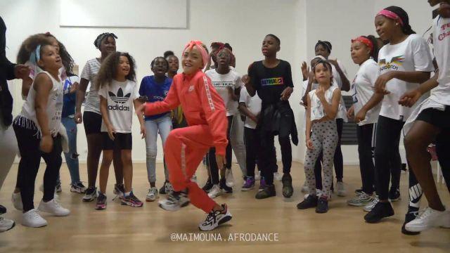ORANGE NIKE TRACKSUIT worn by  @maimouna.afrodance dans MAÏ AFRO DANCE KIDZ | Assi - Mata Batida ft. Rayvanny (Dance Class Video) by @maimouna.afrodance