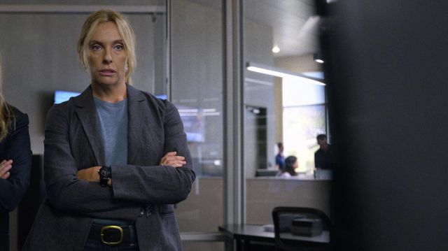 Large Black Watch of Detective Grace Rasmussen (Toni Collette) in Unbelievable (S01E05)