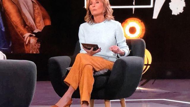Pantalon en velours côtelé jaune de Claire Chazal dans Passage des Arts