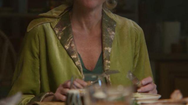 Pear-green cardigan of Jean Milburn (Gillian Anderson) in Sex Education (S02E03)