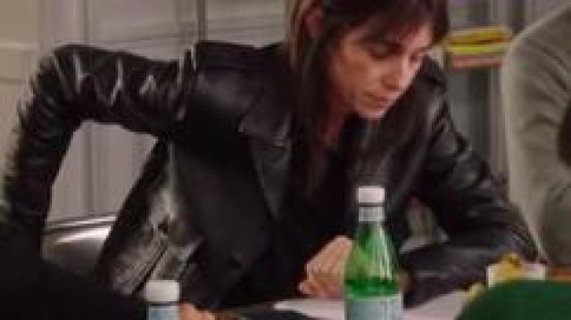 Black leather jacker of Charlotte Gainsbourg (Charlotte Gainsbourg) in Dix Pour Cent (S04E01)