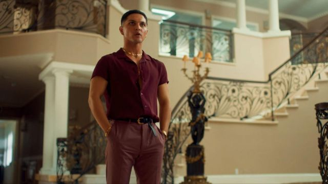Dark pink pants of Jesus (Augusto Aguilera) in Too Old to Die Young (S01E06)