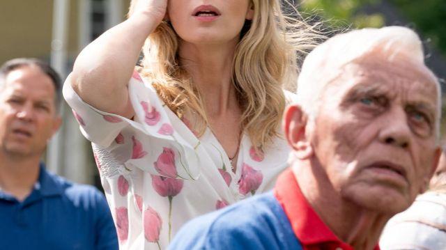Blanc et rose imprimé floral à manches volantées chemisier porté par Evelyn Abbott (Emily Blunt) dans A Quiet Place Part II