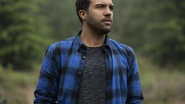 Blue check shirt of Mason (O. T. Fagbenle) in Black Widow