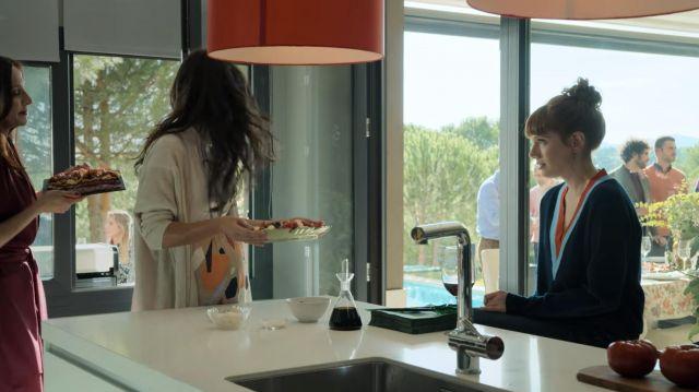Le petit pull de Valeria (Diana Gómez) dans Valeria (S02E03)